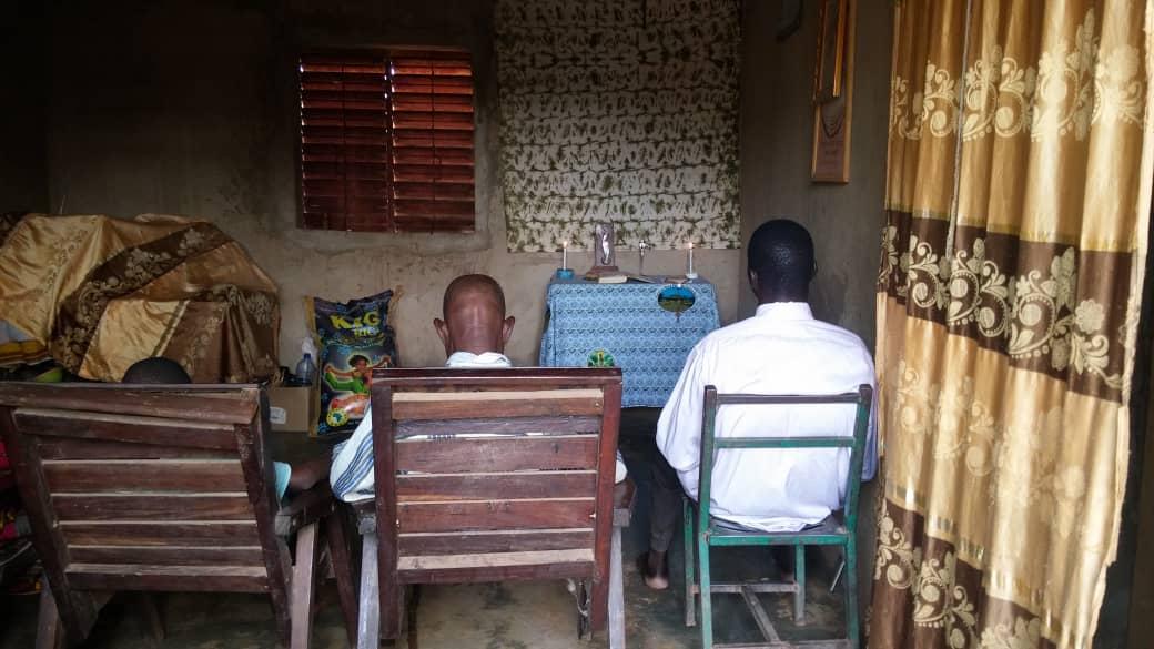 Kresťanská rodina v diecéze Dori počúva svätú omšu cez rádio. Foto ACN