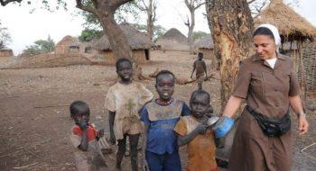 Kombonská misionárka s deťmi