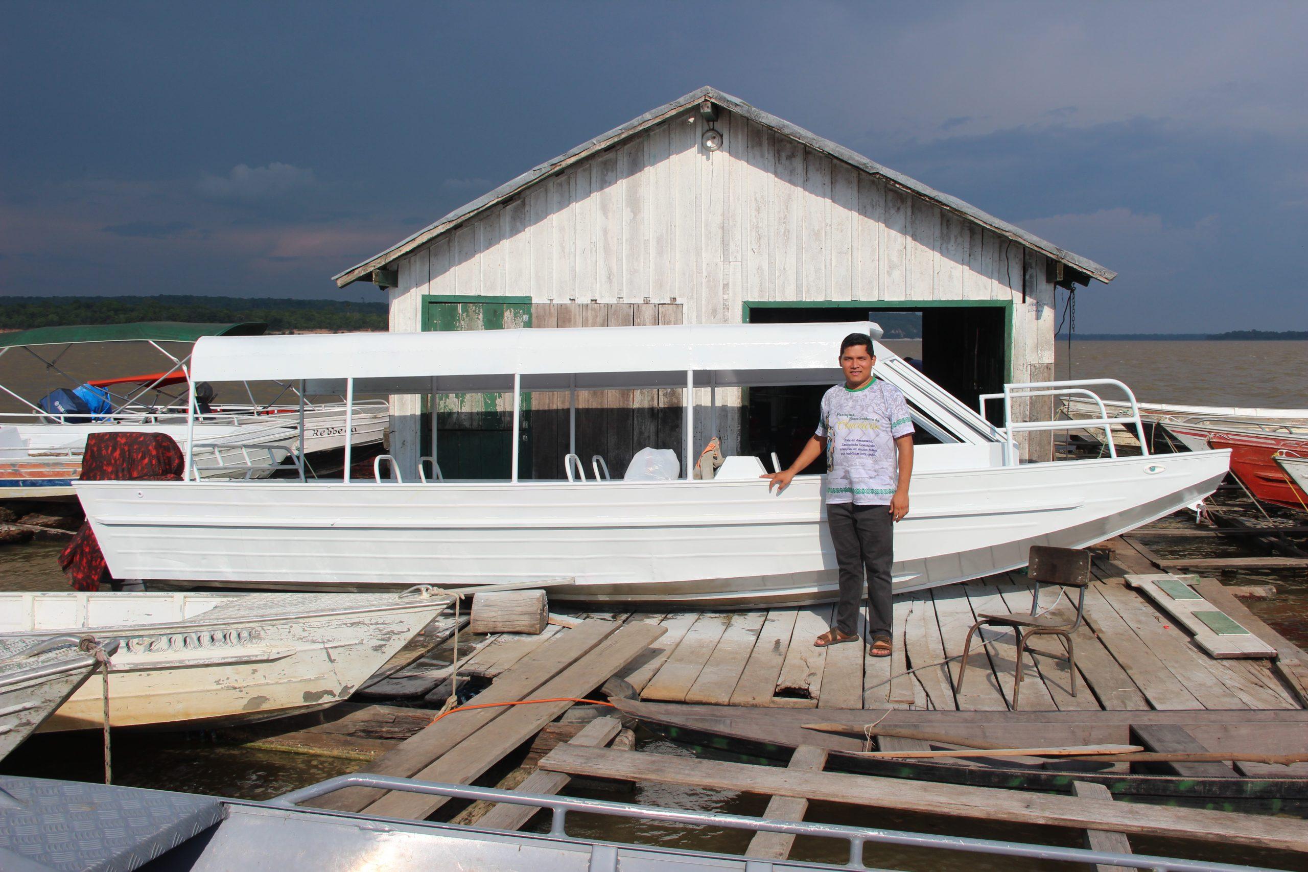 Otec Danilo Monteiro de Oliveira pred člnom, ktorý chcú kúpiť