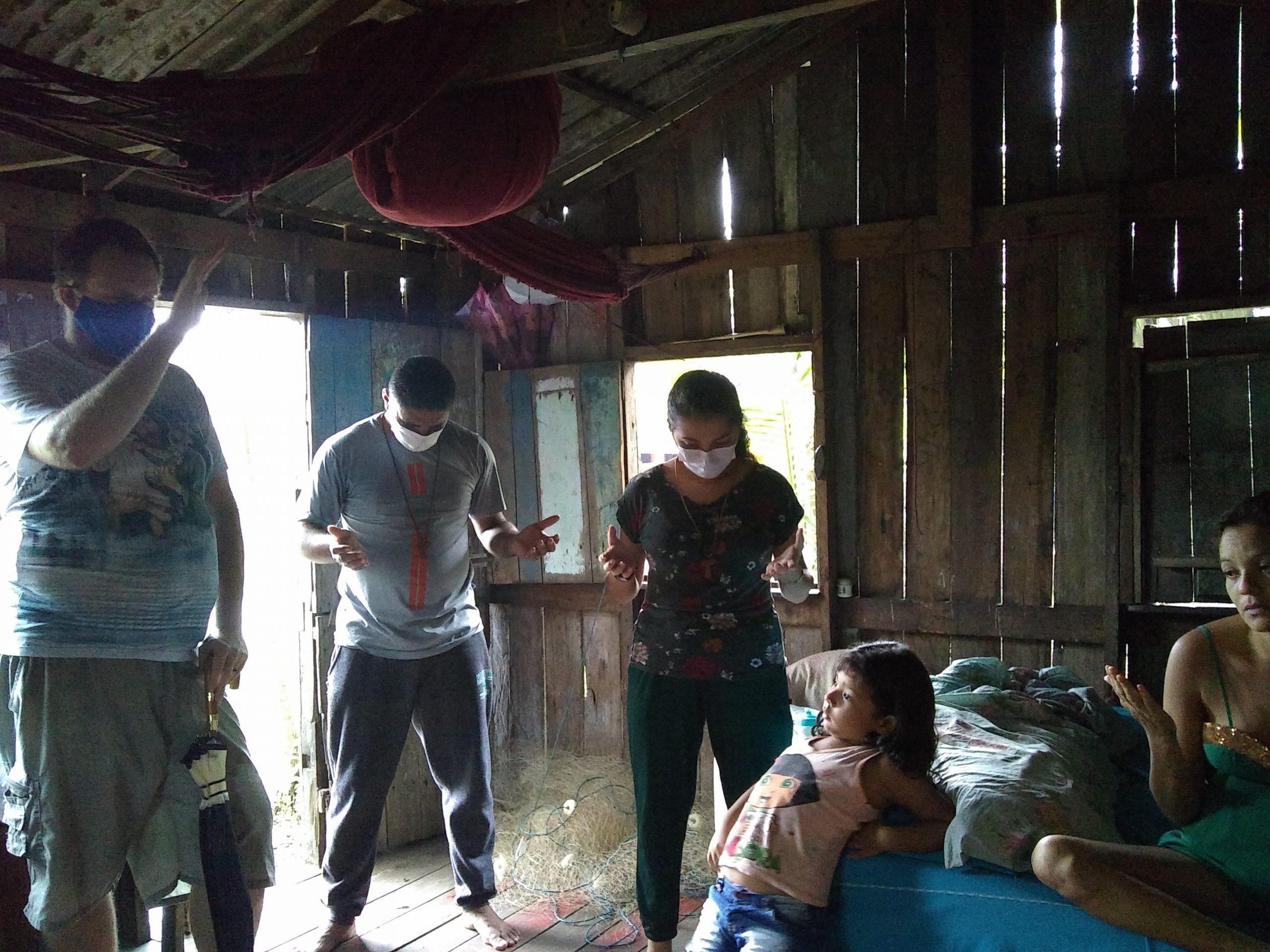 Členovia komunity navštevujú rodiny