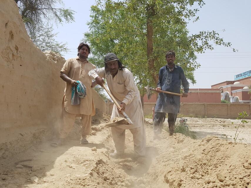 Miestni veriaci stavajú ochranný múr
