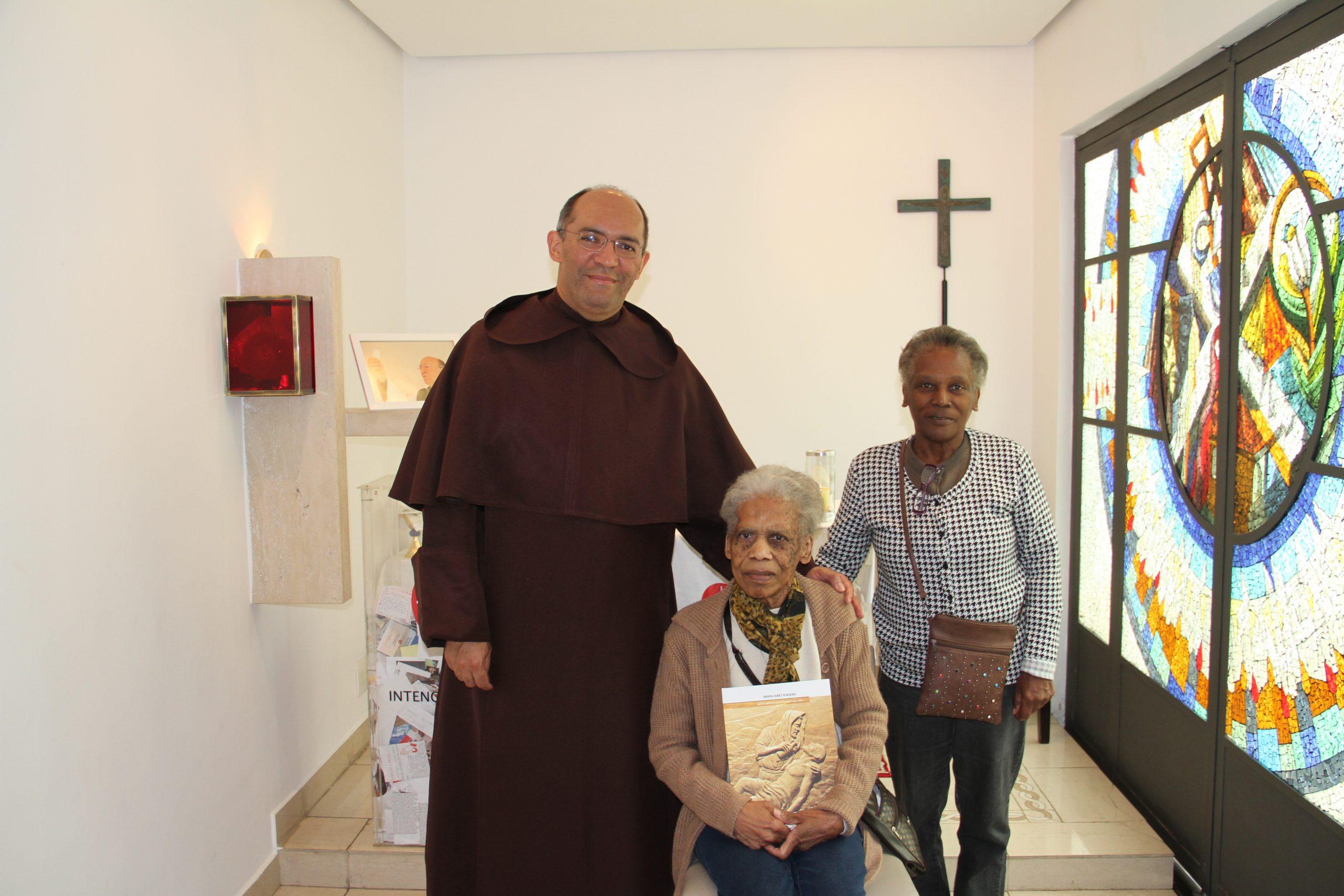 Otec Rogério z ACN Brazília s darkyňami.